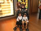 Giovanna Antonelli leva os filhos ao teatro no Rio