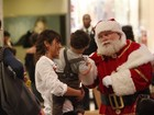 Dani Suzuki leva o filho para tirar foto com o Papai Noel em shopping