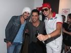 Latino posa com Gusttavo Lima e Zezé Di Camargo antes de show