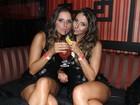 Gêmeas da 'Playboy' capricham nas poses e mostram demais em boate