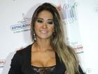 Mayra Cardi abusa do decote e quase deixa seio à mostra em evento