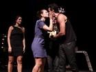 Paola Oliveira beija muito namorado Joaquim Lopes depois de peça