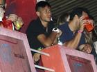 Sozinho, Neymar dá o ar da graça em baile da Favorita