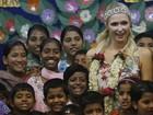 Paris Hilton visita orfanato durante sua viagem ao oeste da Índia