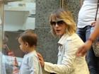 Juliana Silveira leva o filho para passear em shopping no Rio