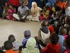 Lady Gaga visita projeto na África do Sul e publica foto com crianças