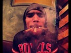 Chris Brown fuma três cigarros suspeitos: 'É para uso medicinal'
