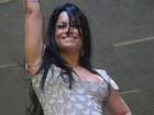 Dani Sperle deixa calcinha à mostra e justifica: 'O samba empolga'