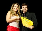 De aparelho nos dentes, ex-BBB Fani participa de premiação no Rio