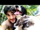 Fiuk posa com seus cachorros e deseja boa tarde aos fãs