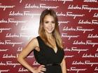 Jessica Alba disfarça suposta barriga de grávida em evento