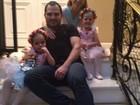 Pai babão: Luciano Camargo posta foto das filhas antes de apresentação