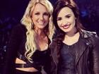 Britney Spears usa vestido vazado e deixa parte da barriga à mostra