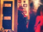 Ela é carioca! Depois de jantar, Madonna caminha com o namorado na orla do Rio