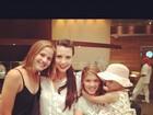Camila Rodrigues posa com Luiza Valdetaro e a pequena Maria Luiza