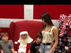 Isabeli Fontana leva os filhos para posar com o papai noel