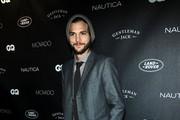 De aliança no dedo, Ashton Kutcher vai à festa da revista 'GQ' em Nova York, nos Estados Unidos (Foto: Getty Images/ Agência)