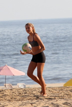 Sasha joga vôlei na praia com as amigas (Foto: Wallace Barbosa / AgNews)
