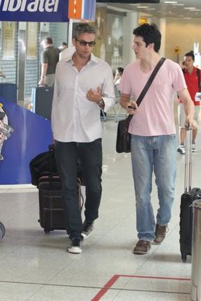 Otaviano Costa e Mateus Solano no aeroporto Santos Dumont, RJ (Foto: Leotty Jr./Agnews)