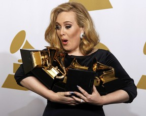 """Adele venceu as seis categorias em que disputava, incluindo o de álbum do ano por """"21"""" e melhor gravação do ano, com """"Rolling In the Deep"""" (Foto: Reuters/ Agência)"""