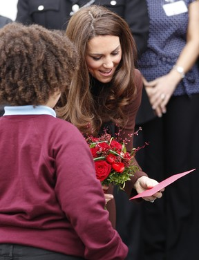 Kate Middleton em visita a bar de Liverpool (Foto: Reuters)