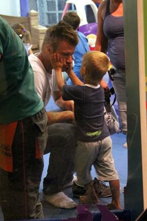 Rodrigo Hilbert com o filho em shopping (Foto: Marcos Ferreira/ Photo Rio News)