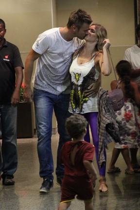 Rodrigo Hilbert e Fernanda Lima trocam carinhos em shopping (Foto: Marcos Ferreira/ Photo Rio News)