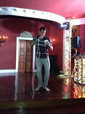 Latino canta em festa (Foto: Reprodução/Twitter)