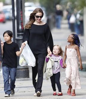 Angeline Jolie com os filhos Vivienne, Zahara e Pax em Nova Orleans, nos Estados Unidos – X17 (Foto: X17/ Agência)
