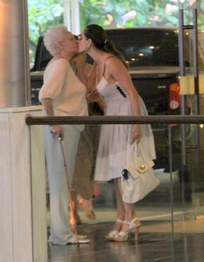 Christiane Torloni dá selinho na mãe em shopping no Rio (Foto: Daniel Delmiro/ Ag. News)