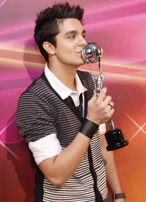 Luan Santana recebe prêmio no Domingão do Faustão (Foto: Anderson Borde/AgNews)