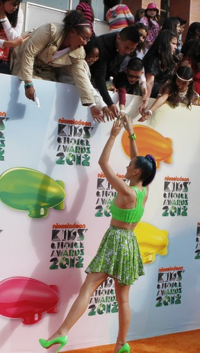 Katy Perry atende fãs no Kids Choice Awards (Foto: Reuters)