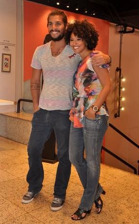 Sheron Menezzes vai com o namorado Saulo Bernard ao teatro (Foto: Roberto Teixeira/ EGO)