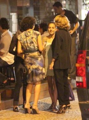 Carolina Ferraz com a filha Valentina e amigos em restaurante no Rio (Foto: Fausto Candelária/ Ag. News)