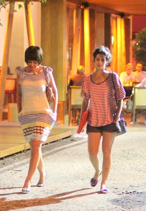 Maria Flor com amiga no Leblon, Zona Sul do Rio (Foto: Fausto Candelária/ Ag. News)