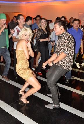 Antônia Fontenelle dança com David Brazil em seu aniversário no Rio (Foto: Roberto Teixeira/ EGO)