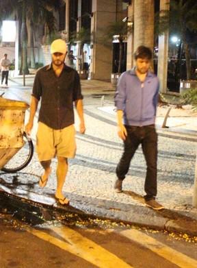 Gabriel Braga Nunes com amigo no Leblon, Zona Sul do Rio (Foto: Fausto Candelária/ Ag. News)