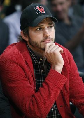 Ashton Kutcher assiste a jogo de basquete em Los Angeles, nos Estados Unidos (Foto: Reuters/ Agência)