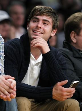 Zac Efron assiste a partida de basquete em Los Angeles, nos Estados Unidos (Foto: Reuters/ Agência)