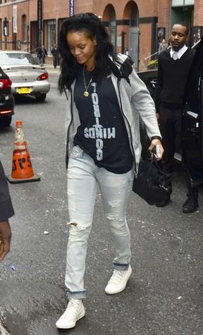 Rihanna deixa hotel após noitada em clube de strip tease (Foto: Agência Grosby Group)