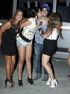 Fiuk é agarrado por fãs em festa de rádio em casa de shows na Barra da Tijuca, Zona Oeste do Rio (Foto: Graça Paes/ Divulgação)