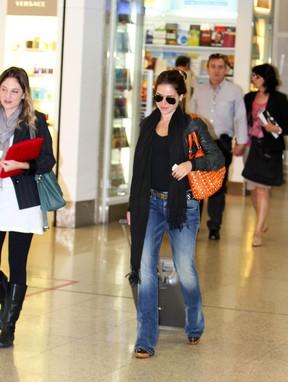 Monique Alfradique em aeroporto do Rio (Foto: Henrique Oliveira/Photo Rio News)