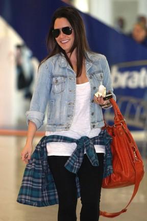 Fernanda Vasconcellos no aeroporto (Foto: Henrique Oliveira / Photo Rio News)
