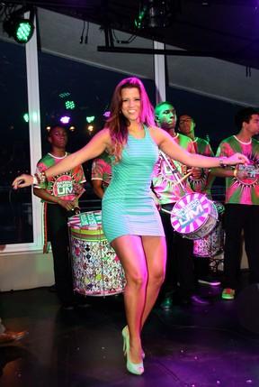 Renata Santos se acaba no samba na quadra da Mangueira (Foto: Daniel Pinheiro/ Divulgação)