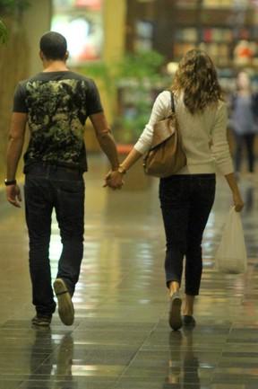 Malvino Salvador e Sophie Charlotte passeiam em shopping do Rio (Foto: Marcello Sá Barreto / Photo Rio News)