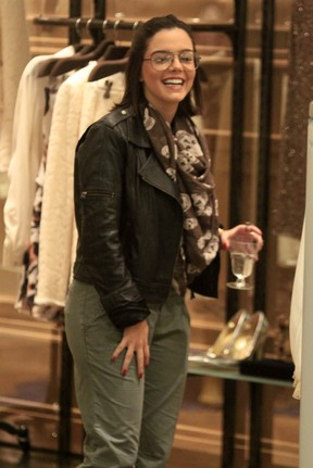 Giovanna Lancellotti em shopping no Rio (Foto: Marcos Ferreira/ Photo Rio News)