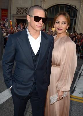 Jennifer Lopez e o namorado Casper Smart na première do filme 'O Que Esperar Quando Está Esperando' em Los Angeles, nos Estados Unidos (Foto: Getty Images/ Agência)