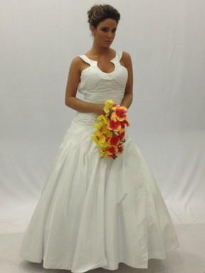 Ex-BBB Laisa posa de noiva para revista (Foto: Reprodução/Twitter)