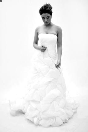 Ex-BBB Laisa posa de noiva para revista (Foto: André Lança/Divulgação)