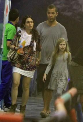 Alessandra Negrini com o namorado e a filha Betina em pista de patinação no Rio (Foto: Delson Silva/ Ag. News)